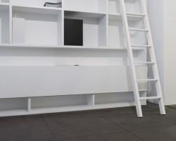 Nube boekenkast met trap