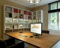 Nube werkplek met boekenkast